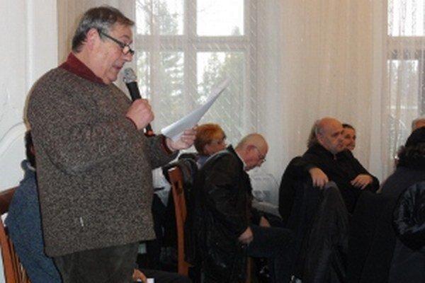Marián Tomajko v emotívnom prejave pred mestským parlamentom.