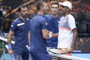 Rajeev Ram (vpravo) a Joe Salisbury (druhý vpravo) blahoželá k víťazstvu slovensko-chorvátskej dvojici Filip Polášek (druhý vľavo), Ivan Dodig (vľavo) po finále Australian Open 2021.
