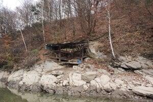 Chatka s názvom Ruina je na webstránke prezentovaná ako vhodná pre pár alebo dvoch rybárov. Je bez vybavenia a je nutná rekonštrukcia.