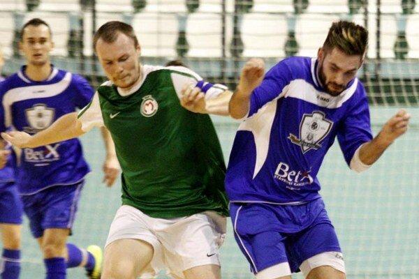 Juraj Fuska (vpravo) dvoma gólmi pečatil dôležitú výhru MFsK v Bratislave.