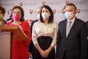 Poslanci za stranu Sloboda a Solidarita Anna Zemanová, Jana Bittó Cigániková a Milan Laurenčík.