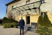 Primátor Dubnice nad Váhom Peter Wolf pred vstupom do kaštieľa.