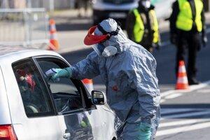 Kontrola teploty posádky auta pred vstupom do Poľska.