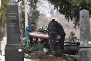 Pohrebov je teraz veľmi veľa, prebiehajú za prísnych opatrení.