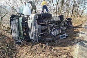 Prevrátený kamión pri Brezovej pod Bradlom.