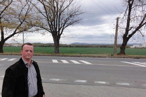 Anton Berczy sa nevzdáva pozemkov pri frekventovanej ceste zo Zlatých Moraviec do Topoľčianok. Pozemky (v pozadí) jeho rodine zhabali ešte komunisti.