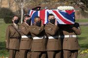 Rakvu, zahalenú britskou vlajkou a s Moorovou vojenskou čiapkou a mečom navrchu, nieslo šesť vojakov z Yorkshireského pluku.