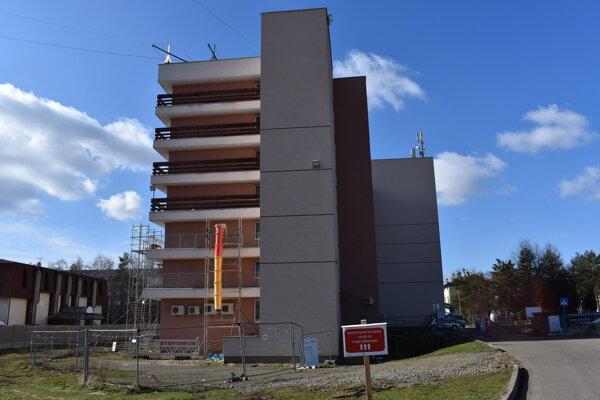 O humenskej nemocnici sa uvažuje ako o covidovej. Internistický pavilón.