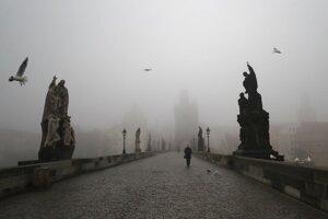 Osamelý chodec na Karlovom moste v Prahe.