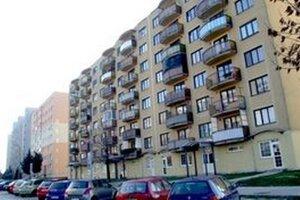 Mesto predá aj byty v tomto dome Na Hôrke. Kolaudovali ho v roku 1998.