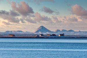 V strede záberu je islandská hora Keilir, ktorá patrí do vulkanického systému Krýsuvík. Systém je už niekoľko storočí nečinný.