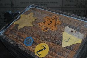 Označenia, ktoré museli Židia nosiť viditeľne pripnuté na odeve