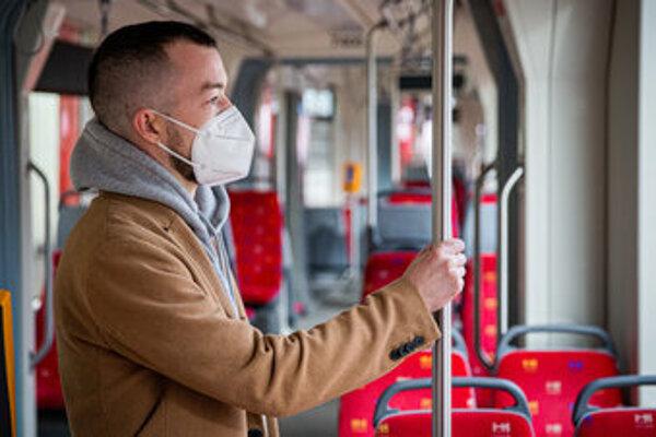 Koronavírus: V MHD je povinný respirátor.