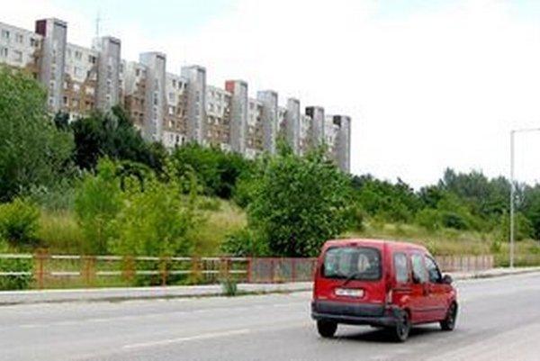 Pozemok na Dieloch určený na bytový výstavbu. Dnes na ňom rastie zeleň.
