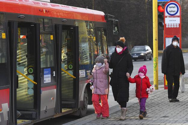 Matka s respirátom nastupuje s deťmi do MHD na Sídlisku III v Prešove .