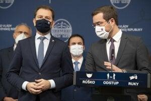 Igor Matovič a vpravo minister zdravotníctva Marek Krajčí (obaja OĽaNO) počas vyhlásenia k aktuálnej politickej situácii 11. marca 2021 v Bratislave. Minister zdravotníctva Marek Krajčí končí vo funkcii.