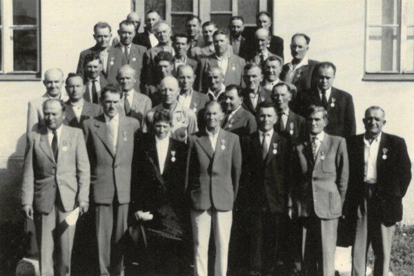 Obyvatelia obce sa aktívne zapojili aj do Slovenského národného povstania. Vauguste 1944 tu vznikol revolučný národný výbor (predseda bol O. Jariabek). Na povstaleckých frontoch avhorách bojovalo 39 občanov obce. Podtureň bola oslobodená 31. januára 1945 československými asovietskymi vojskami. Vyznamenaní obyvatelia Podturne, ktorí sa zapojili do SNP. Fotografia je zosláv 20. výročia SNP.