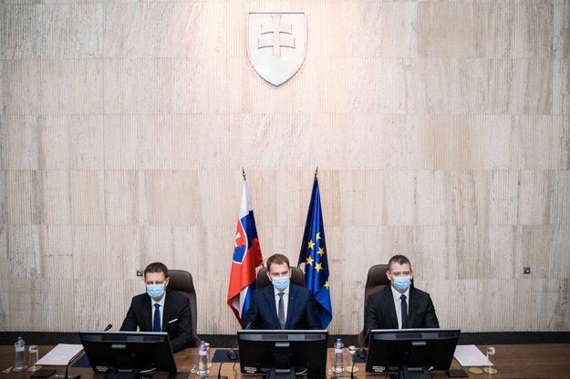 21. marec 2020. Minister financií Eduard Heger, predseda vlády Igor Matovič a minister vnútra Roman Mikulec počas prvého zasadnutia novovymenovanej vlády.