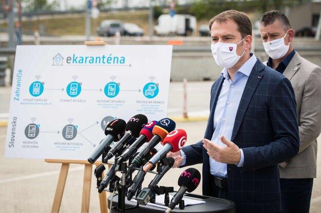 19. máj 2020. Predseda vlády Igor Matovič, minister vnútra Roman Mikulec počas brífingu na tému: Smart karanténa - inteligentné riešenie pre ľahší návrat zo zahraničia na diaľničnom hraničnom priechode Bratislava - Jarovce.