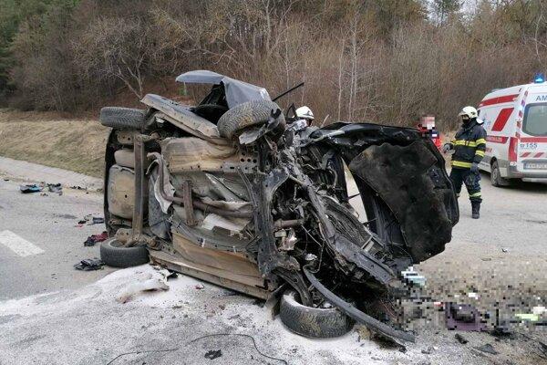 Auto bolo po náraze totálne zdemolované.