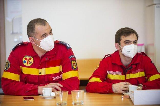 Rumunskí lekári, ktorí prišli pomáhať na Slovensko v boji s pandémiou koronavírusu, sa stretli so štátnym tajomníkom Ministerstva zdravotníctva (MZ) SR Petrom Stachurom, aby ešte pred svojím odletom zhodnotili priebeh pomoci v Bratislave vo štvrtok 18. marca 2021.