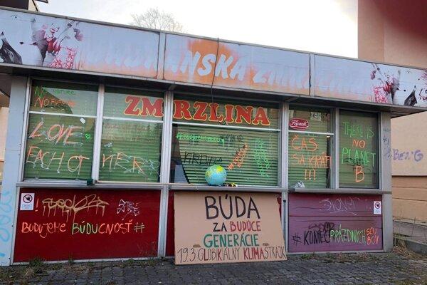 Občianske združenie sa zapojilo do Globálneho klimatického štrajku prostredníctvom odkazov na budove.