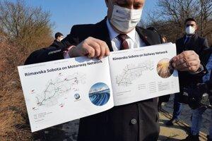 Konateľ štátnej firmy MH Invest Boris Kačáni s informačnou brožúrou, pripravenou pre investorov v budúcom štátnom priemyselnom parku v Rimavskej Sobote.