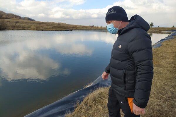 Milan Krausko ukazuje približné miesto, kde pomáhal dvom ženám