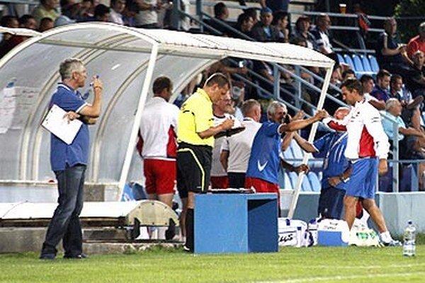 Vľavo tréner Nitry Šimčo, vpravo radosť na zlatomoravskej lavičke.