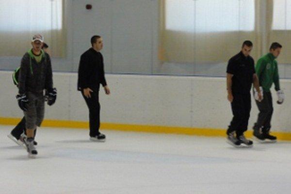 Priaznivci zimných športov na nedeľnom verejnom korčuľovaní, kedy boli vonku tridsiatky.