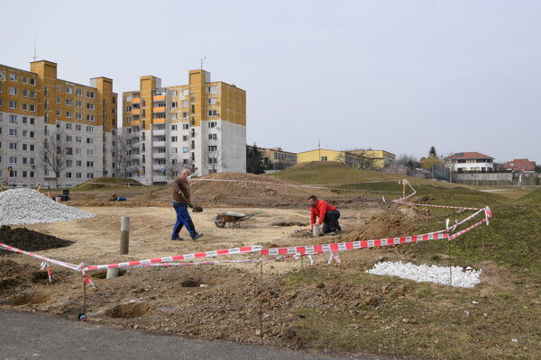 Výstavba basketbalového ihriska na Vinohradoch v Leviciach.