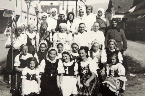 1. máj 1950. Účastníci prvomájového sprievodu zo Závažnej Poruby