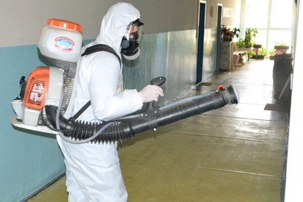 V budovách s rizikovými skupinami obyvateľstva pokračujú s dezinfikovaním.