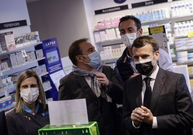 Francúzsky prezident Emmanuel Macron počas návštevy vakcinačného centra vo Valenciennes.