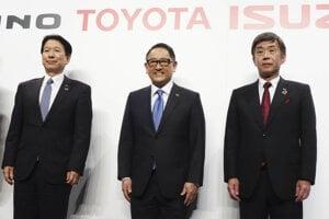 Zľava: prezident Hino Motors Yoshio Shimo, prezident Toyota Motor Corporation Akio Toyoda a prezident Isuzu Motors Masanori Katayama.
