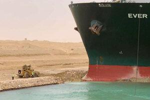 Obrovská nákladná loď ochromila dopravu v Suezskom prieplave.
