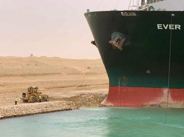 Práce na odtiahnutí nákladnej lode