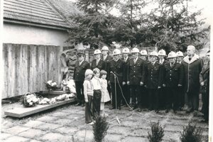 Dobrovoľný hasičský zbor pri pietnej spomienke na obete I. a II. svetovej vojny Členovia FS.