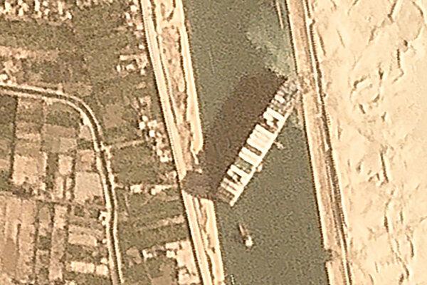Satelitný záber na uviaznutú loď.