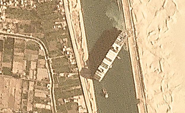 Satelitný zábery na zaseknutú loď.