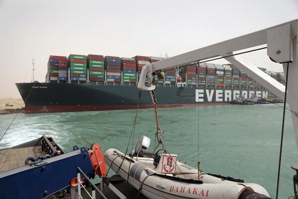 Loď Ever Given zablokovala kanál.
