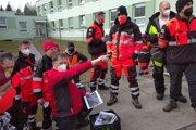Dobrovoľníci z Oravského záchranného systému si rozdeľujú úlohy pred pátraním.