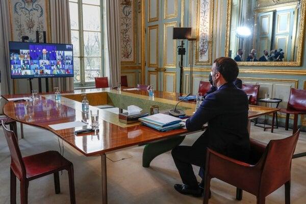 Francúzsky prezident Emmanuel Macron počas videosummitu lídrov EÚ.