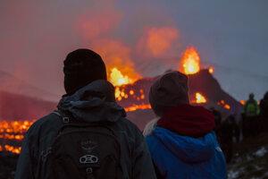 Ľudia sledujú erupciu sopky na polostrove Reykjanes.