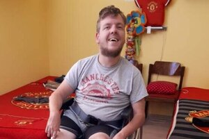 Viktor Pamula je odmala pripútaný na vozík.