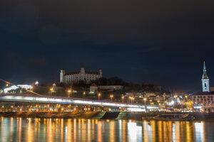 Bratislavský hrad sa v sobotu 27. marca 2021 večer na hodinu ponoril do tmy.