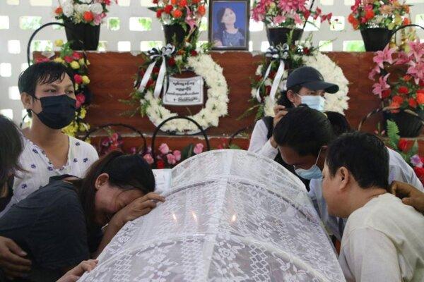 Ľudia nariekajú nad rakvou ženy, ktorá zahynula počas sobotňajších zrážok s príslušníkmi bezpečnostných síl na proteste protivládnych demonštrantov proti vojenskej okupácii, počas jej kremácie v mjanmarskom meste Rangún 29. marca 2021.