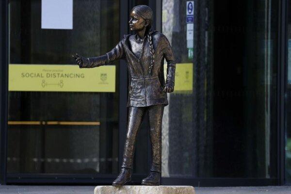 Sochu švédskej klimatickej aktivistky Grety Thunbergovej v životnej veľkosti vztýčili na pôde Winchesterskej univerzity v anglickom grófstve Hampshire.