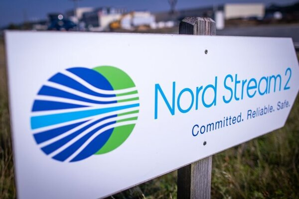 značka s nápisom Severný prúd 2 (Nord Stream 2) v nemeckom Lubmine.  Spoločnosť Nord Stream 2 AG v sobotu 6. februára 2021 oznámila, že pokračuje s výstavbou sporného nemecko-ruského plynovodu Severný prúd 2 (Nord Stream 2).