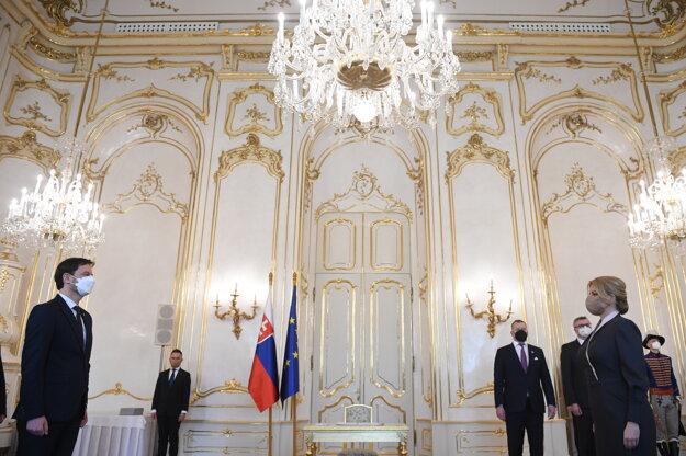 Vpravo prezidentka Zuzana Čaputová a vľavo predseda vlády SR Eduard Heger (OĽaNO) počas vymenovania novej vlády.